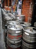 Σύγχρονα βαρέλια βυτίων για την μπύρα έλξης Στοκ Εικόνα