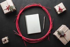 Σύγχρονα δώρα για το χειμώνα, τα Χριστούγεννα και τις νέες διακοπές έτους όταν έχετε τα δώρα διακοπών Στοκ Φωτογραφία