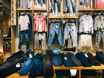 Σύγχρονα ενδύματα γυναικών για την πώληση στο κατάστημα μόδας Στοκ φωτογραφίες με δικαίωμα ελεύθερης χρήσης