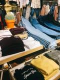 Σύγχρονα ενδύματα γυναικών για την πώληση στο κατάστημα μόδας Στοκ Εικόνα