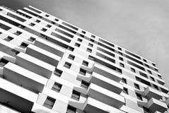 Σύγχρονα εξωτερικά πολυκατοικιών μαύρο λευκό στοκ εικόνες