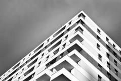 Σύγχρονα εξωτερικά πολυκατοικιών μαύρο λευκό στοκ φωτογραφίες