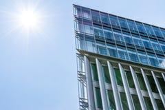 Σύγχρονα επιχειρησιακά κτήρια με το υπόβαθρο και τον ήλιο ουρανού Στοκ Φωτογραφίες