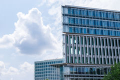 Σύγχρονα επιχειρησιακά κτήρια με το υπόβαθρο ουρανού Στοκ εικόνες με δικαίωμα ελεύθερης χρήσης