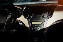 Σύγχρονα εσωτερικά ταμπλό αυτοκινήτων και τιμόνι Στοκ Εικόνα