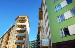 Σύγχρονα διαμερίσματα με έναν μπλε ουρανό Στοκ Φωτογραφία