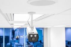 Σύγχρονα κάμερα ασφαλείας στον εργασιακό χώρο επιχειρησιακών γραφείων στοκ φωτογραφία με δικαίωμα ελεύθερης χρήσης