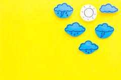 Σύγχρονα καιρικά εικονίδια που τίθενται στο κίτρινο διάστημα αντιγράφων άποψης υποβάθρου τοπ Στοκ Εικόνες