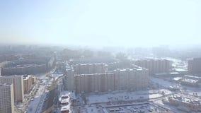 Σύγχρονα κατοικημένα κτήρια κατά την άποψη κηφήνων χειμερινών πόλεων Υποδομή πόλεων στη σύγχρονους κωμόπολη και το δρόμο για την  απόθεμα βίντεο