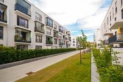 Σύγχρονα κατοικημένα κτήρια με τις υπαίθριες εγκαταστάσεις, πρόσοψη των νέων χαμηλής ενέργειας σπιτιών Στοκ Εικόνα