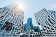 Σύγχρονα κτήρια ενάντια στο μπλε ουρανό και τον ήλιο Στοκ φωτογραφία με δικαίωμα ελεύθερης χρήσης