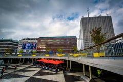 Σύγχρονα κτήρια και για τους πεζούς plaza σε Sergels torg, σε Norrma Στοκ Εικόνα