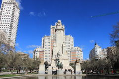 Σύγχρονα κτήρια και το μνημείο του Miguel de Θερβάντες στη Μαδρίτη, Ισπανία, αρχιτεκτονική Στοκ Εικόνα