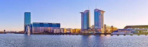 Σύγχρονα κτήρια κοντά στον ποταμό ξεφαντωμάτων στο Βερολίνο, Γερμανία Στοκ Εικόνες