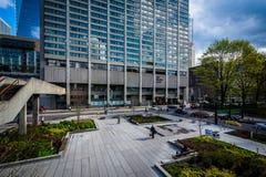 Σύγχρονα κτήρια στην πλατεία του Nathan Phillips, στο Τορόντο, Οντάριο Στοκ φωτογραφία με δικαίωμα ελεύθερης χρήσης
