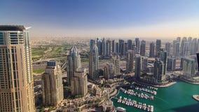 Σύγχρονα κτήρια στη μαρίνα του Ντουμπάι με τις σκιές φιλμ μικρού μήκους