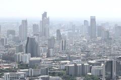 Σύγχρονα κτήρια στη μητρόπολη με μια ελαφριά ομίχλη ρύπανσης στον αέρα στοκ φωτογραφίες