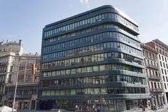 Σύγχρονα κτήρια στις οδούς της Βαρκελώνης στοκ εικόνες με δικαίωμα ελεύθερης χρήσης