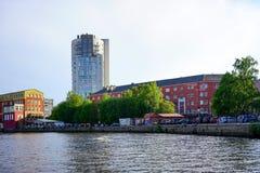Σύγχρονα κτήρια στις όχθεις του ποταμού Pregolya στη γραπτή εικόνα Στοκ φωτογραφία με δικαίωμα ελεύθερης χρήσης