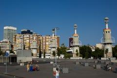 Σύγχρονα κτήρια στους Αγίους σταθμών στη Βαρκελώνη στοκ εικόνα