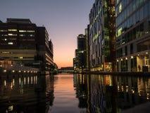 Σύγχρονα κτήρια όχθεων ποταμού στο ηλιοβασίλεμα 02 Στοκ Εικόνα