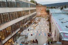 Σύγχρονα κτήρια grunge με το αστικό προαύλιο για τα γεγονότα και τα κόμματα νεολαίας Στοκ Φωτογραφία