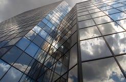 Σύγχρονα κτίρια γραφείων με τα σύννεφα που απεικονίζονται επάνω Στοκ Εικόνες