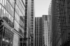 Σύγχρονα μέτωπα γυαλιού των κτιρίων γραφείων στο Canary Wharf - ΛΟΝΔΙΝΟ - ΜΕΓΑΛΗ ΒΡΕΤΑΝΊΑ - 19 Σεπτεμβρίου 2016 Στοκ Εικόνες