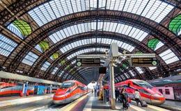 Σύγχρονα μεγάλα τραίνο στον κεντρικό σταθμό του Μιλάνου Στοκ Φωτογραφία