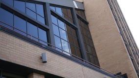 Σύγχρονα παράθυρα γυαλιού ενάντια στο εταιρικό κτήριο μαυρίσματος - που καθιερώνει τον πυροβολισμό απόθεμα βίντεο