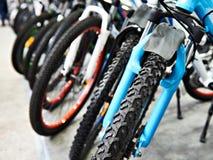 Σύγχρονα ποδήλατα βουνών στο αθλητικό κατάστημα Στοκ Φωτογραφίες