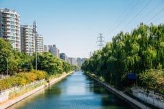 Σύγχρονα πολυκατοικίες και πάρκο όχθεων ποταμού στο Πεκίνο, Κίνα στοκ φωτογραφία με δικαίωμα ελεύθερης χρήσης