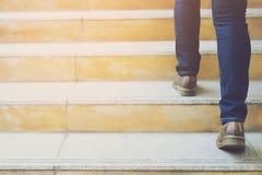 Σύγχρονα πόδια κινηματογραφήσεων σε πρώτο πλάνο επιχειρησιακών ατόμων λειτουργώντας που περπατούν κάτω από τα σκαλοπάτια στη σύγχ στοκ εικόνα