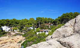 Σύγχρονα σπίτια σε μια δύσκολη κλίση με τα δέντρα Ισπανία Στοκ φωτογραφίες με δικαίωμα ελεύθερης χρήσης