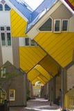 Σύγχρονα στοιχεία σχεδίου αρχιτεκτονικής πόλεων κτηρίων γνωστά κυβικά σπίτια που σχεδιάζονται ως από Piet Blom στο Ρότερνταμ Στοκ Εικόνες