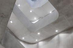 Σύγχρονα συγκεκριμένα σπειροειδή σκαλοπάτια με τους λαμπτήρες Στοκ Εικόνες