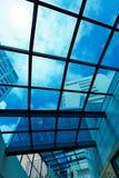 Σύγχρονα υψηλά εμπορικά κτήρια ανόδου, άποψη μέσω του ανώτατου ορίου γυαλιού Στοκ φωτογραφίες με δικαίωμα ελεύθερης χρήσης