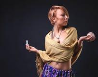 Σύγχρονα φυλετικά γυναίκα και κρύσταλλα Στοκ φωτογραφία με δικαίωμα ελεύθερης χρήσης
