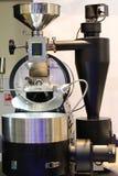 Σύγχρονα roasters για το ψήσιμο του καφέ Το ψήσιμο ολοκληρώνεται με ένα δοχείο ψύξης με έναν αναδευτήρα κίνησης στοκ φωτογραφία με δικαίωμα ελεύθερης χρήσης