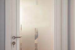 Σύγχρονες άσπρες πόρτες με το άσπρο γυαλί χαλιών Στοκ φωτογραφία με δικαίωμα ελεύθερης χρήσης