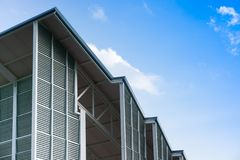 Σύγχρονες δομή κτηρίου και στέγη χάλυβα, κάθετο λωρίδα βιότοπων αλουμινίου στοκ φωτογραφία με δικαίωμα ελεύθερης χρήσης