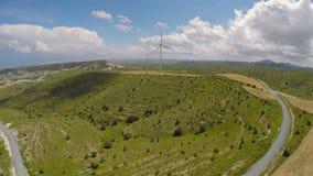 Σύγχρονες εγκαταστάσεις αιολικής ενέργειας στα βουνά, φιλική προς το περιβάλλον ηλεκτρική παραγωγή απόθεμα βίντεο