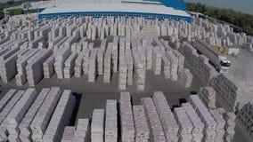 Σύγχρονες εγκαταστάσεις κεραμικής, βιομηχανική αποθήκη εμπορευμάτων, εξωτερικό οικοδόμησης, με τον αέρα, βιομηχανικό εξωτερικό απόθεμα βίντεο