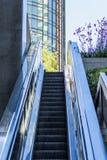 Σύγχρονες κτήριο και κυλιόμενη σκάλα Στοκ φωτογραφία με δικαίωμα ελεύθερης χρήσης