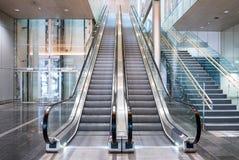 Σύγχρονες κυλιόμενες σκάλες πολυτέλειας με τη σκάλα Στοκ φωτογραφία με δικαίωμα ελεύθερης χρήσης
