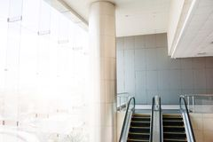 Σύγχρονες κυλιόμενες σκάλες, κυλιόμενες σκάλες χρωμίου Γραπτός, monochro στοκ εικόνες με δικαίωμα ελεύθερης χρήσης