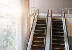 Σύγχρονες κυλιόμενες σκάλες Blured, κυλιόμενες σκάλες χρωμίου Γραπτός, μ στοκ φωτογραφία με δικαίωμα ελεύθερης χρήσης