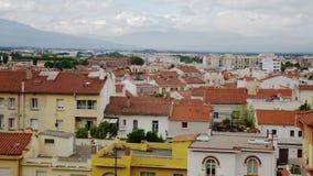 Σύγχρονες κόκκινες στέγες της μεσαιωνικής γαλλικής πόλης του Περπινιάν μια ηλιόλουστη ημέρα απόθεμα βίντεο
