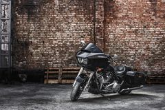 Σύγχρονες μαύρες στάσεις μοτοσικλετών ενάντια σε έναν τουβλότοιχο Στοκ Εικόνες
