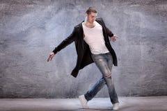 σύγχρονες νεολαίες χορευτών Στοκ φωτογραφία με δικαίωμα ελεύθερης χρήσης